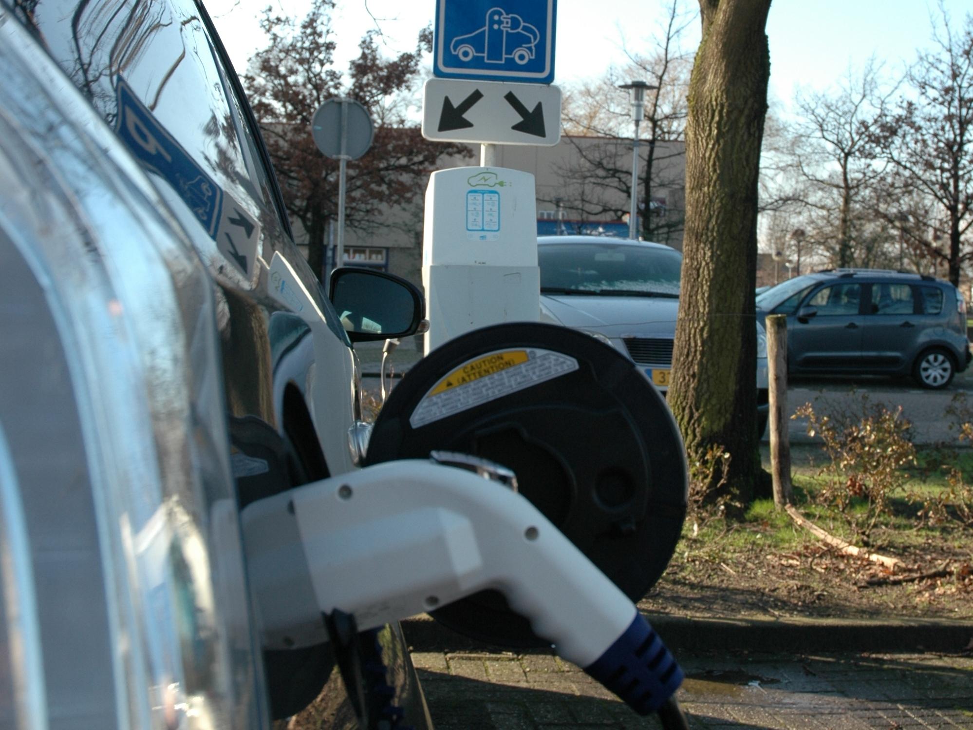 Een Elektrische Auto En Een Laadpaal Nodig Bij U In De Buurt